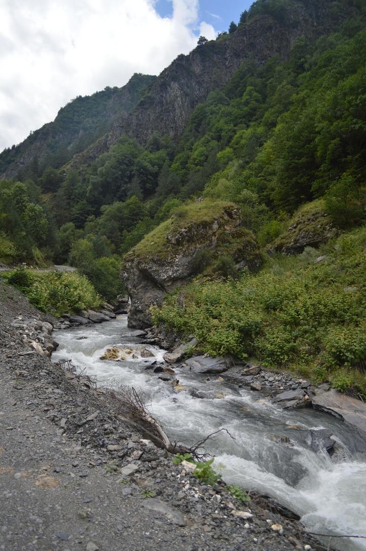Горная река у дороги