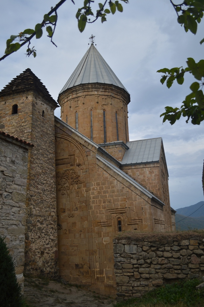 Церковь и башня в крепости Ананури