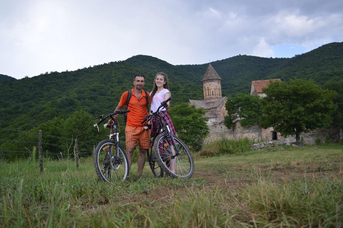 На фоне монастыря Питарети