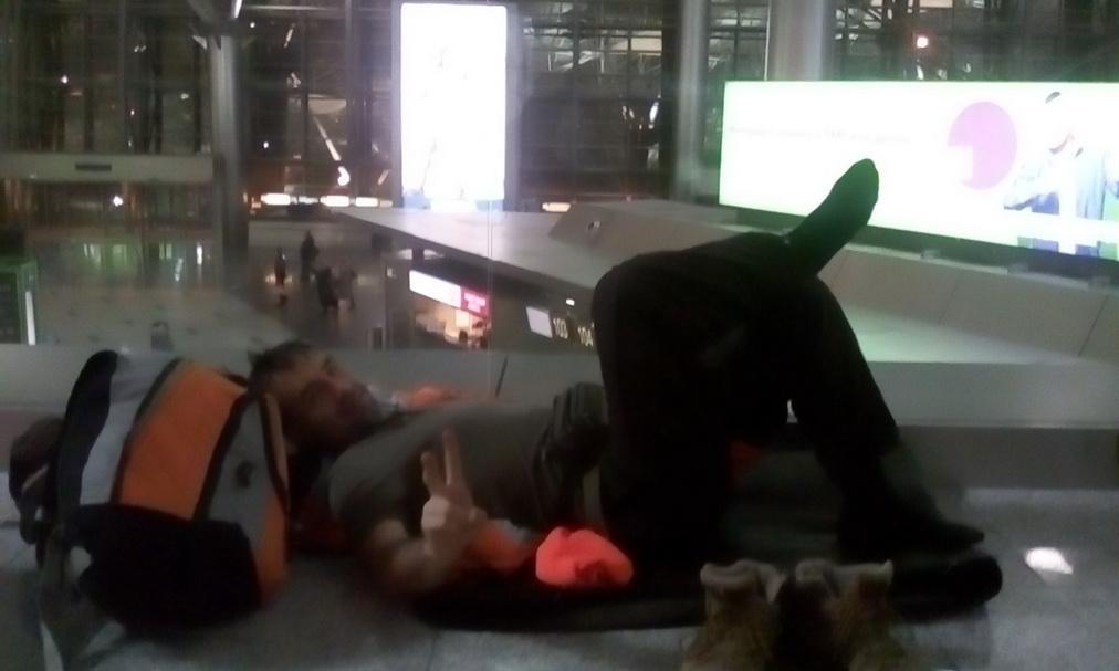 Сон на полу в аэропорту