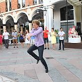 Туристы танцуют на площади Пьяцца в Батуми