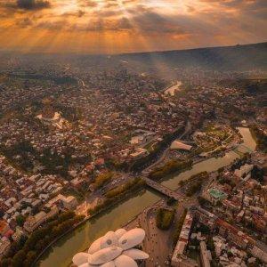 Тбилиси в лучах заходящего солнца