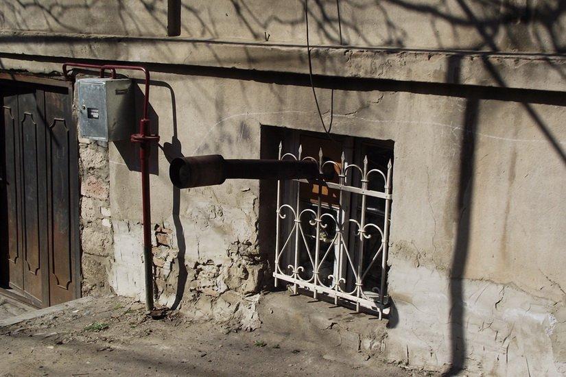 Труба буржуйки торчит из окна