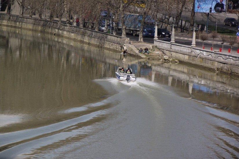 Полиция патрулирует на реке