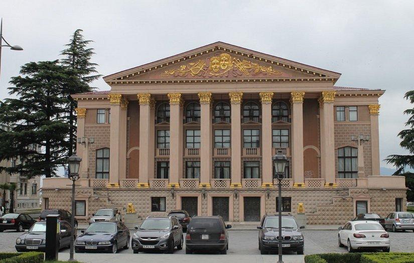 Красивое здание какого-то театра