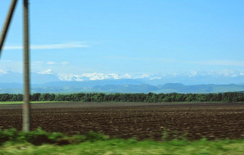 Горы Кавказа за окном машины