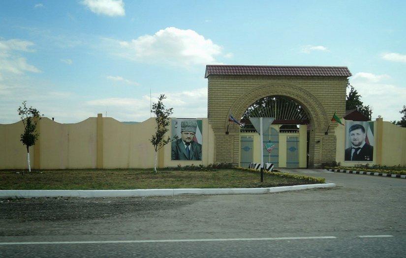 Портреты на стенах Чечни