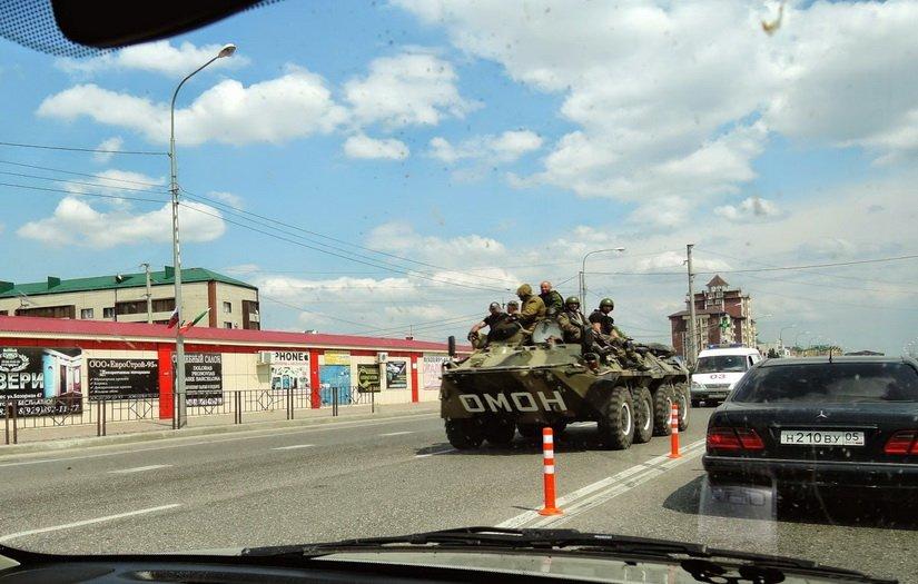 Бронетранспортёр на дороге в Дагестане