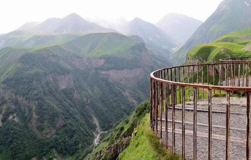 Вид с балкончика арки на горы и реку