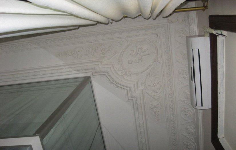 Лепнина на потолке хостела