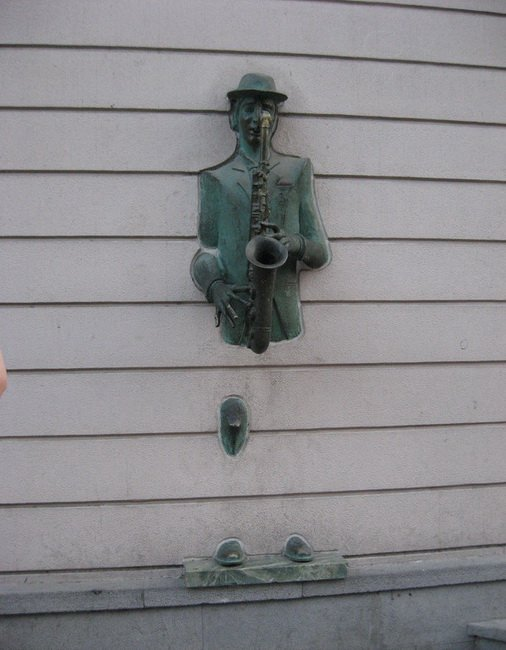 Скульптура уличного музыканта на улице