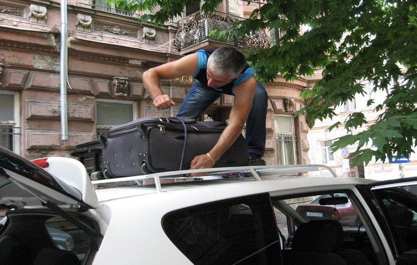 Наш водитель грузит чемоданы