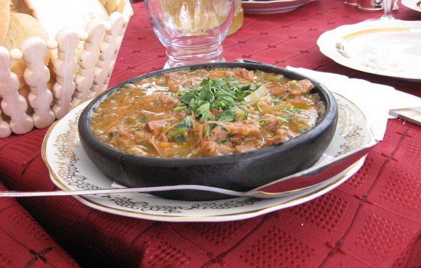 Национальное грузинское блюдо Остри