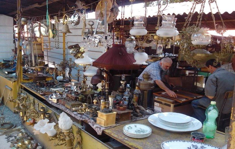 Отдел старинной посуды и люстр