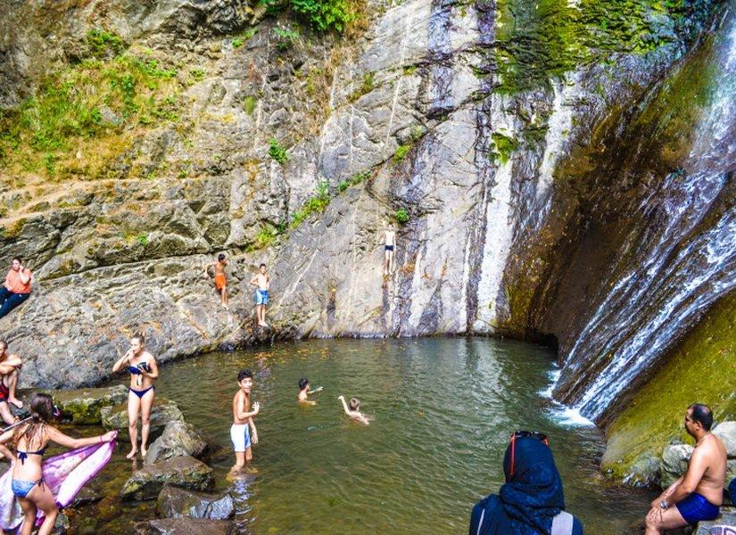 Купание у водопада Махунцети